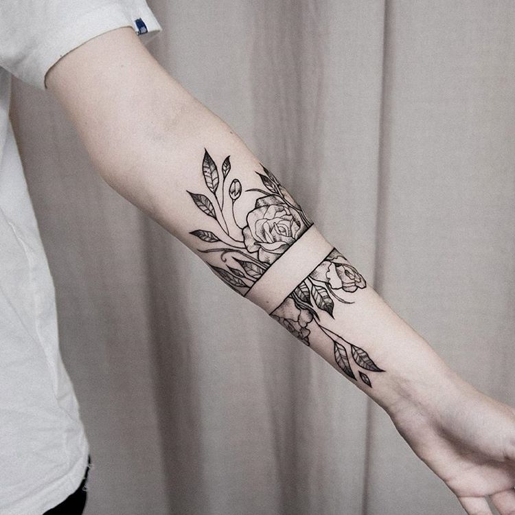 Black outline flower tattoo with a empty space in the center