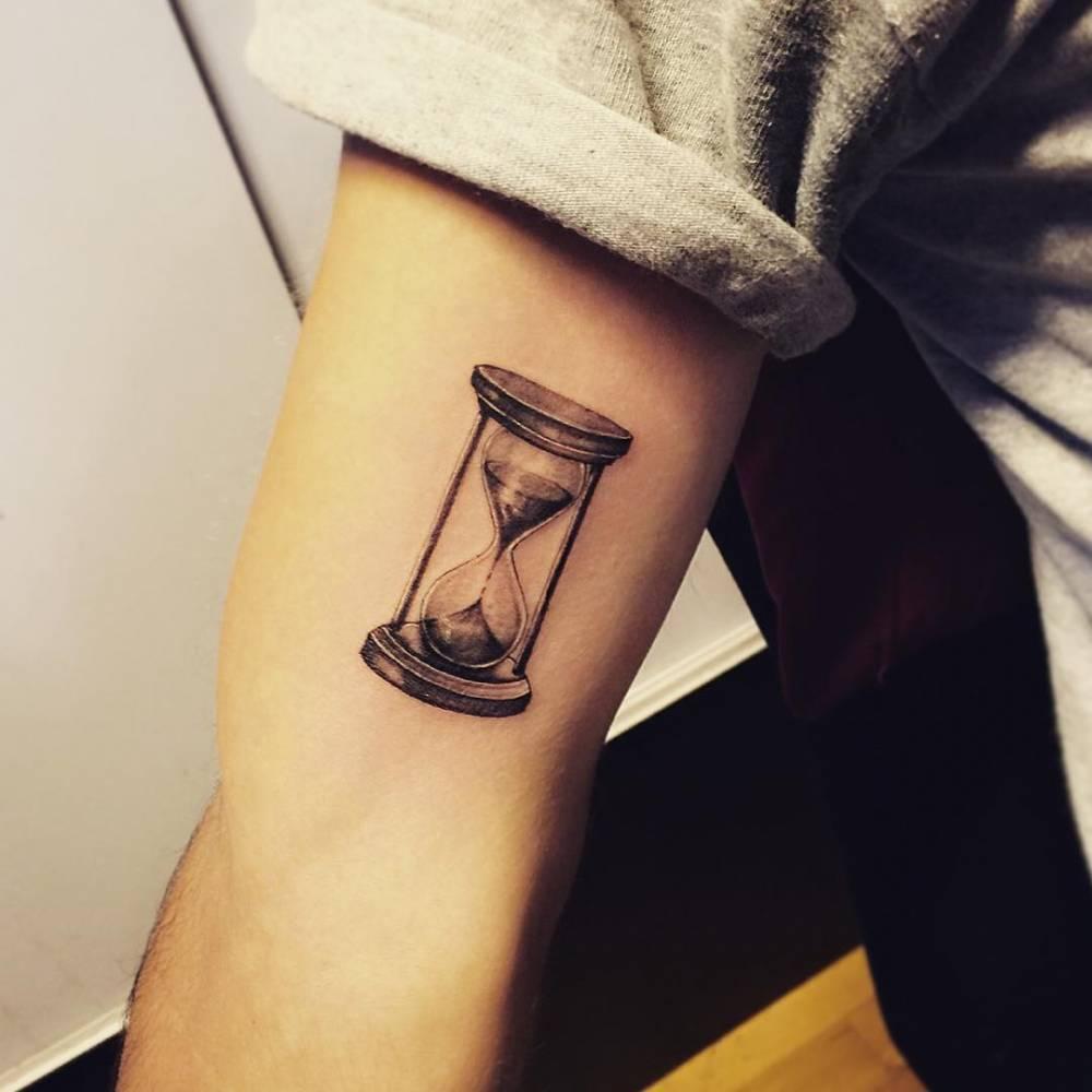 Hyper realistic hourglass tattoo