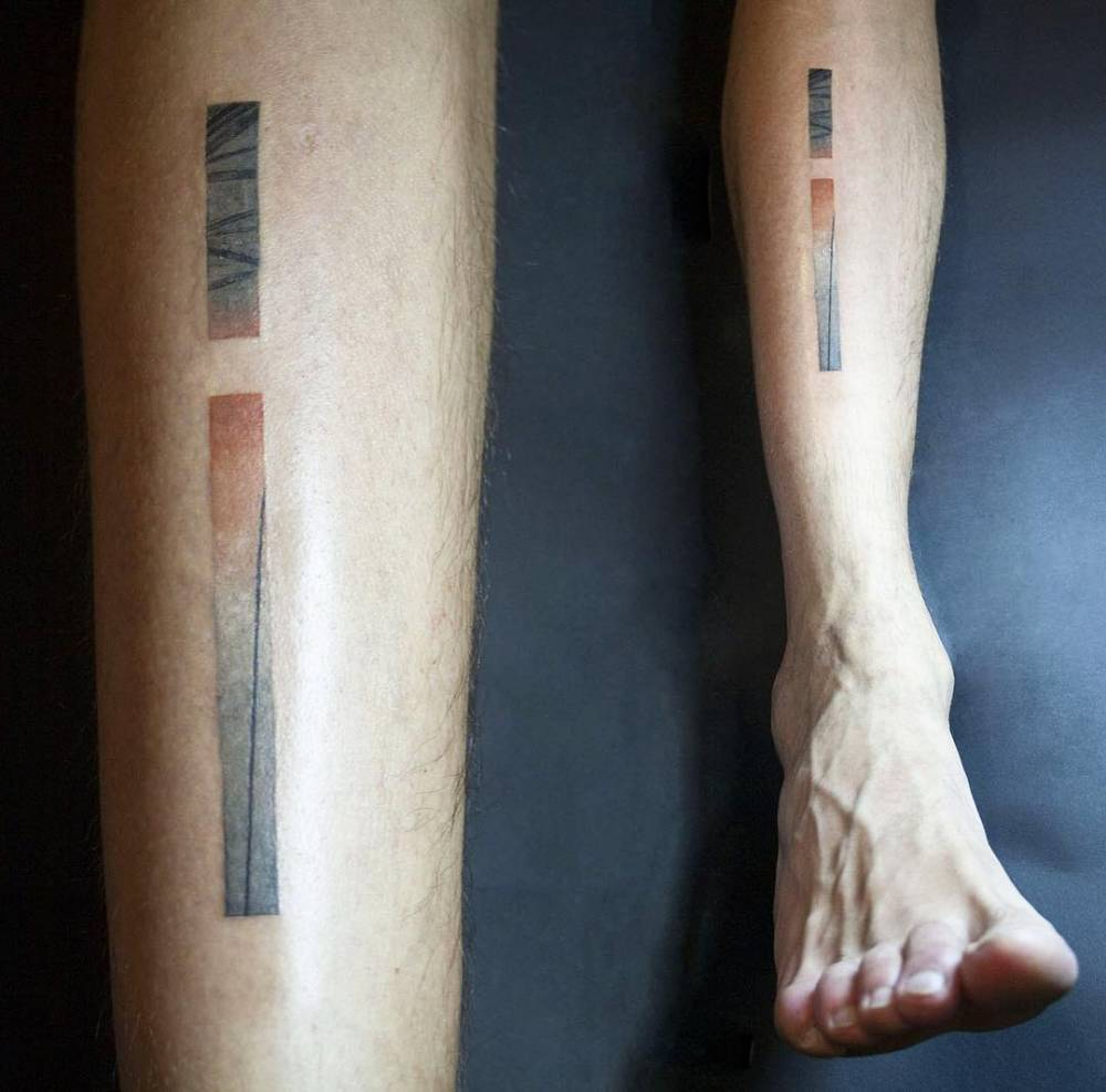Abstract line tattoo on the shin by tattooist ri