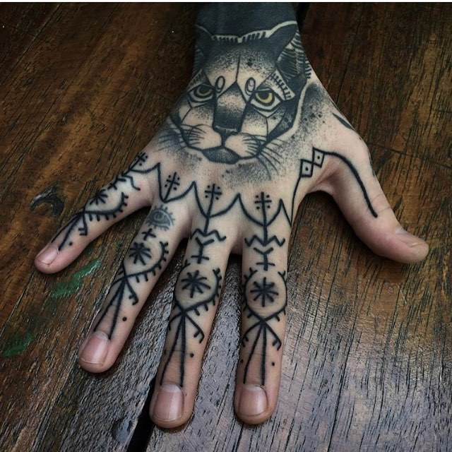 Black tattoos on fingers by andre castcovil
