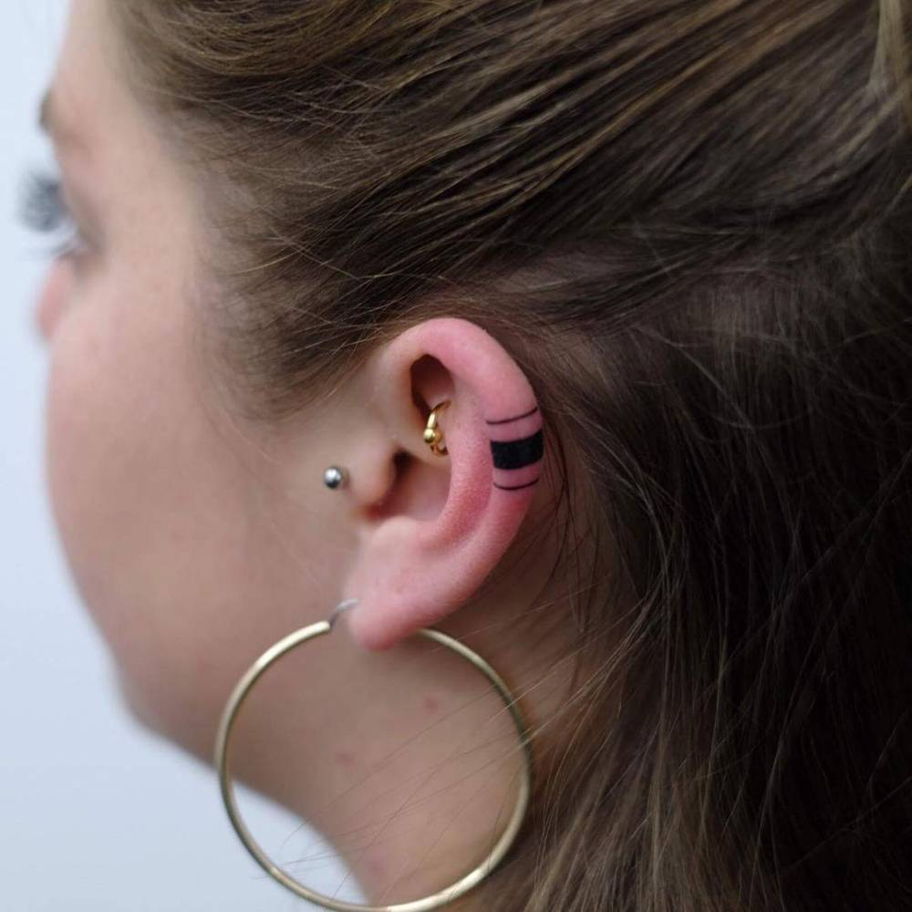 Tiny lines on the ear by indy voet