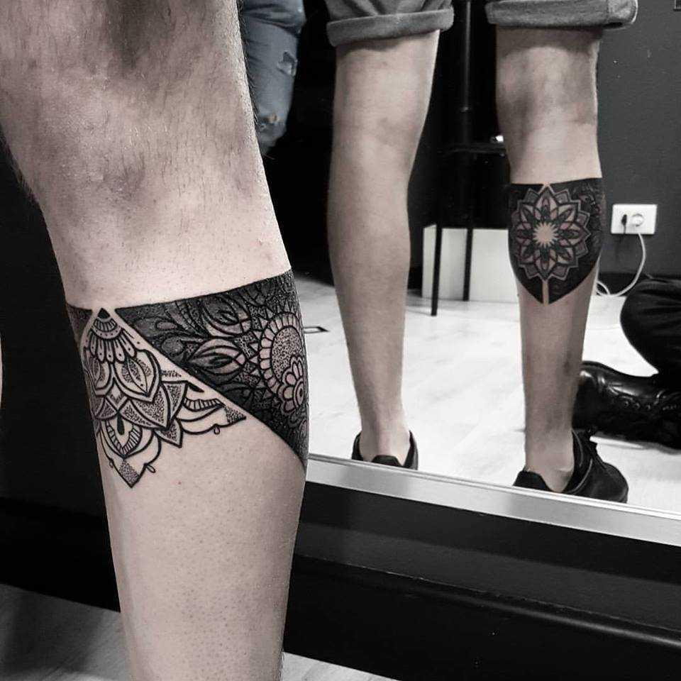 Ornamental piece on the left leg