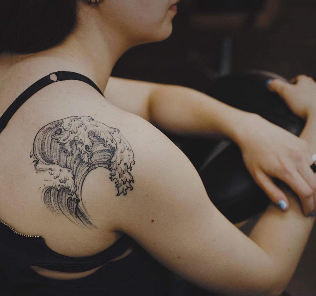 Wave tattoo on the back by Yi Postyism