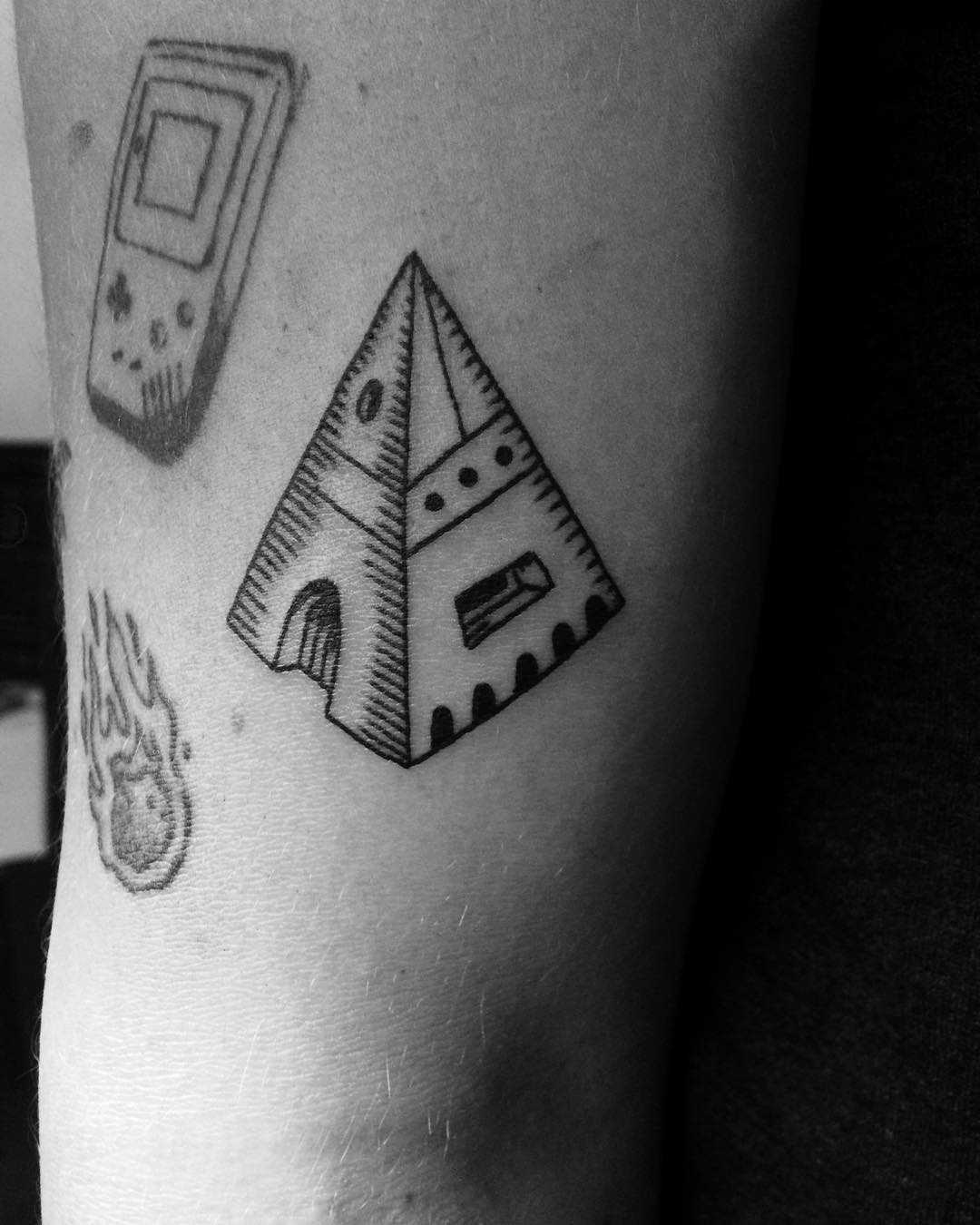 Elevate pyramide tattoo
