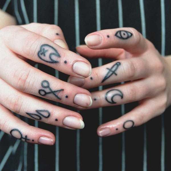 Finger tattoos by Rikamau