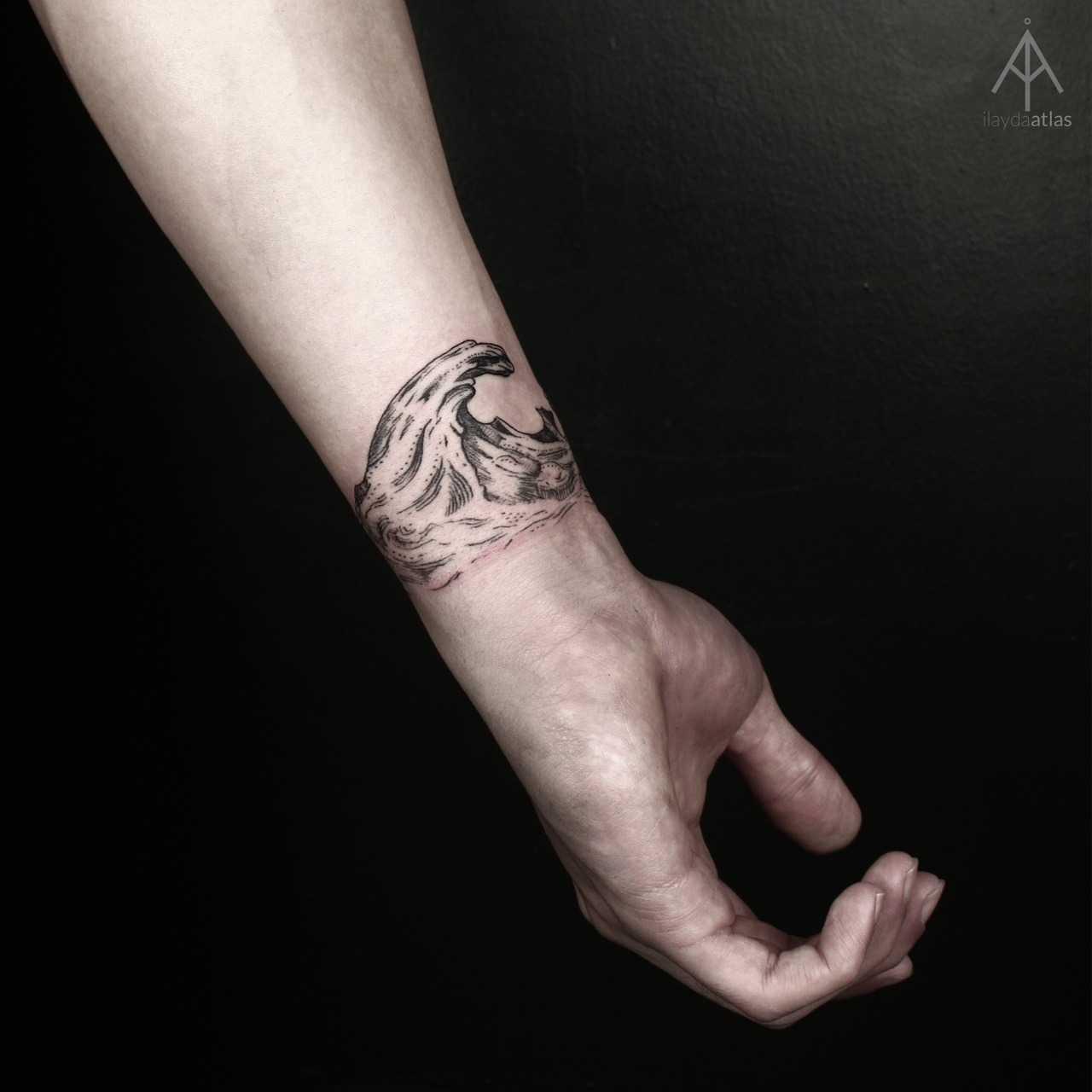Wave tattoo by Ilayda Atlas