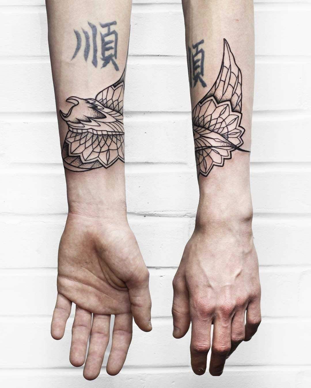 Ornamental ray tattoo by Sasha Kiseleva