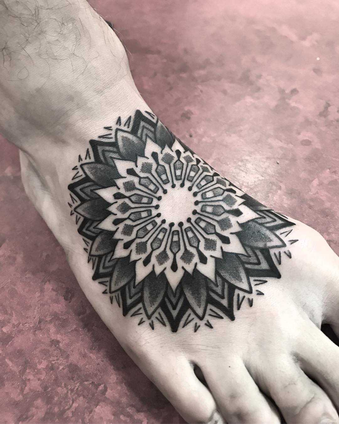 Black and grey mandala on the right foot by Wagner Basei