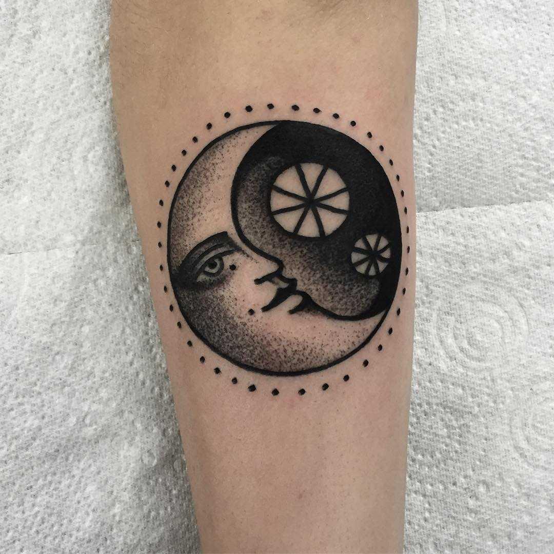 Blackwork traditional moon by tattooist Miedoalvacio