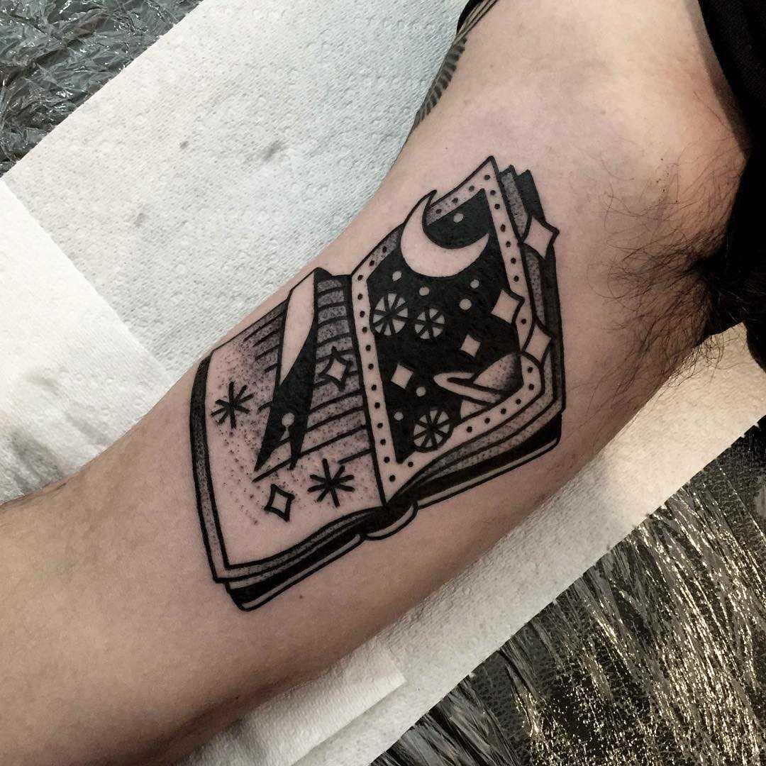 Cool book tattoo by tattooist Miedoalvacio