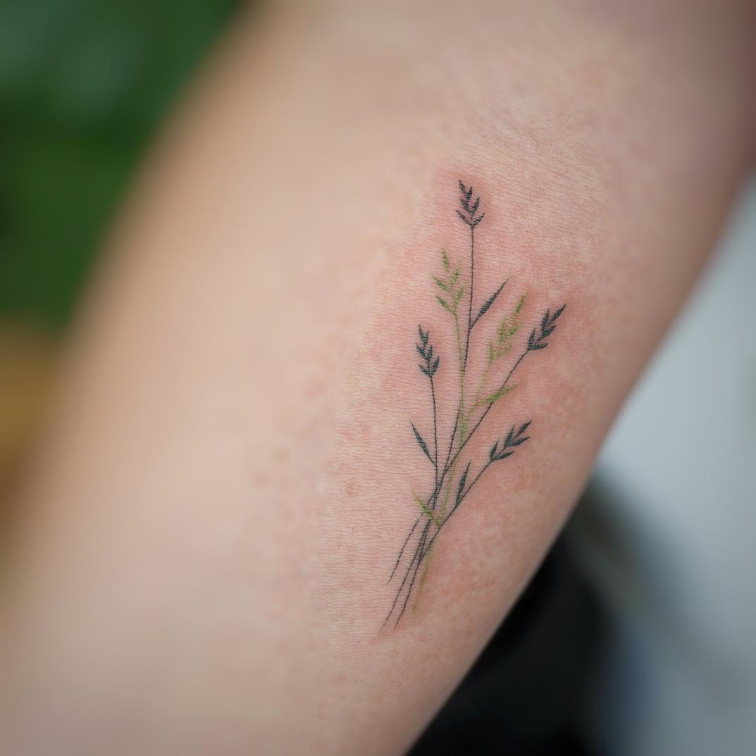 Delicate wildflowers by tattooist G.NO