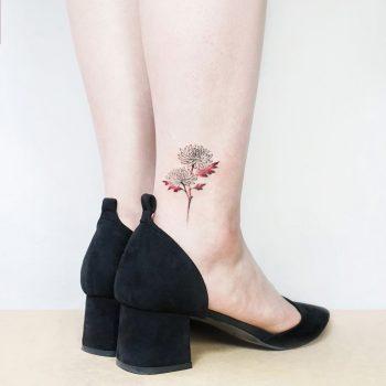 Flower on an ankle by tattooist Ida