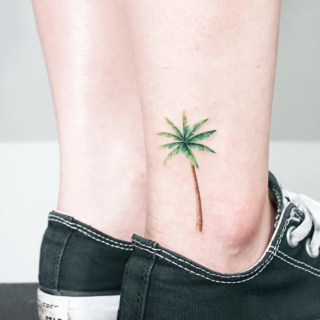 Palm tree on an ankle by tattooist Ida
