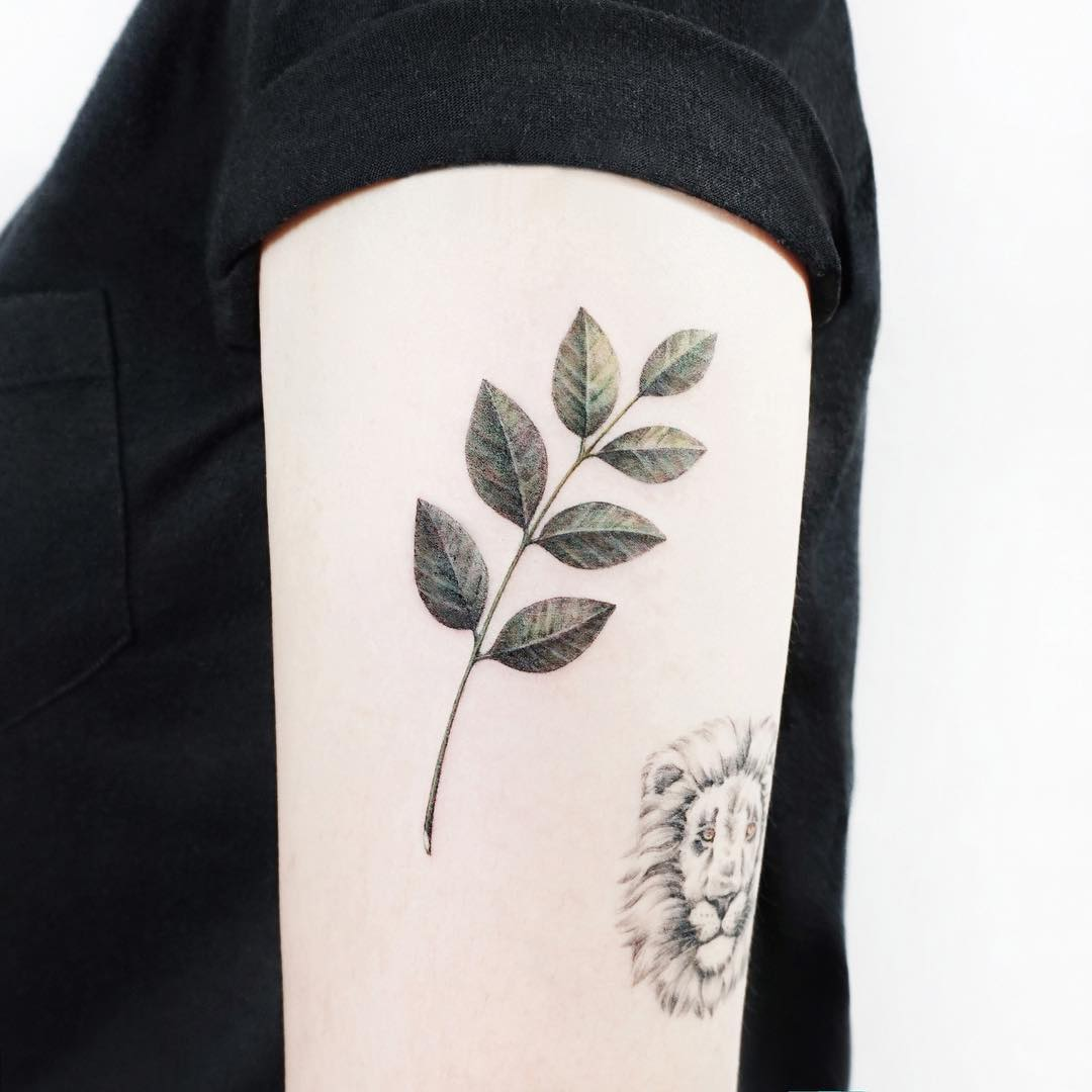 Simple leaves by tattooist Ida