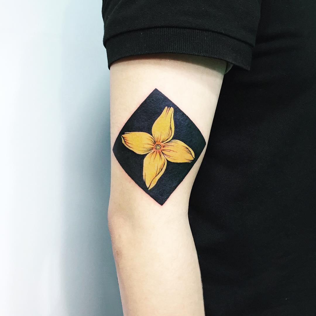 Yellow flower by tattooist Ida