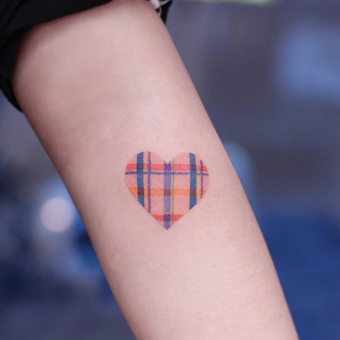 Heart-shaped check by tattooist Saegeem