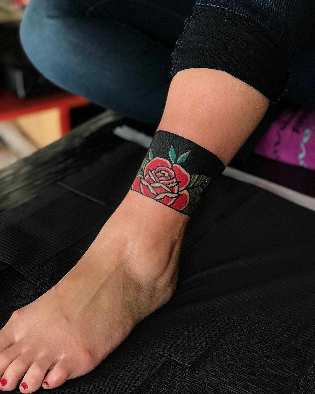 Rose anklet by tattooist Alejo GMZ