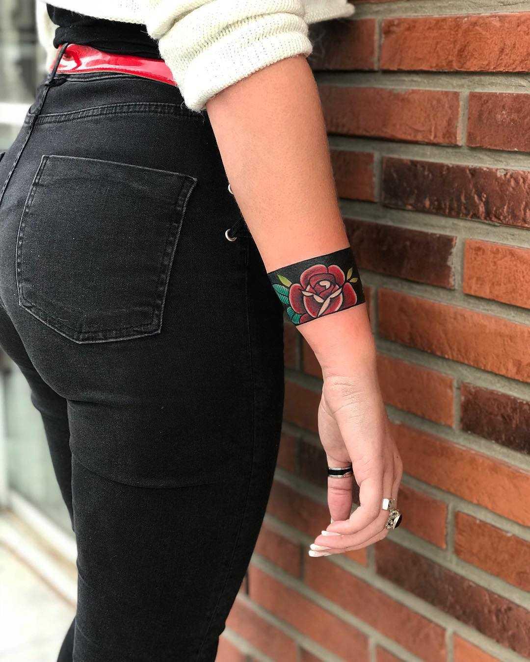 Rose armband by tattooist Alejo GMZ