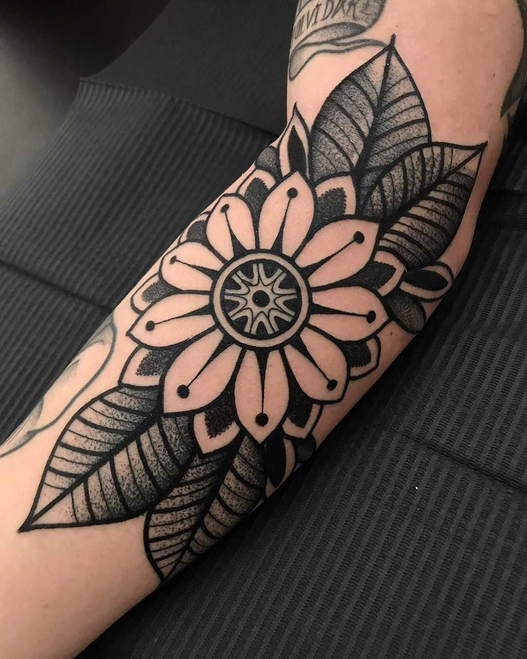 Simple black and white by tattooist Alejo GMZ