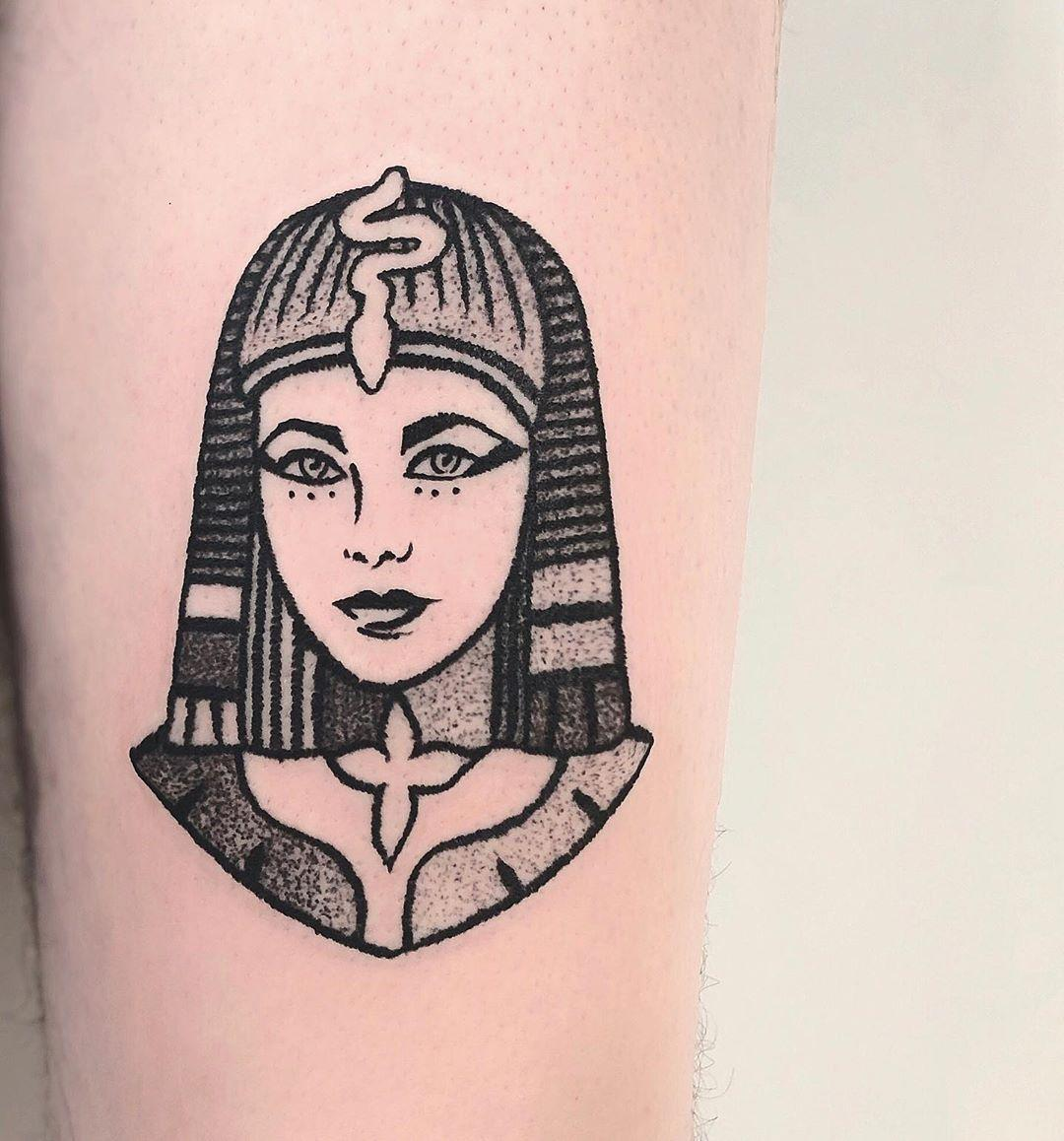 French-Crim style Queen Cleopatra by @charley_gerardin
