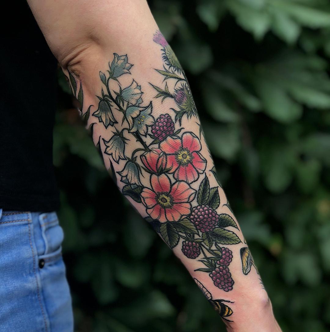 Beautiful flowers inked by @lindseebeetattoo