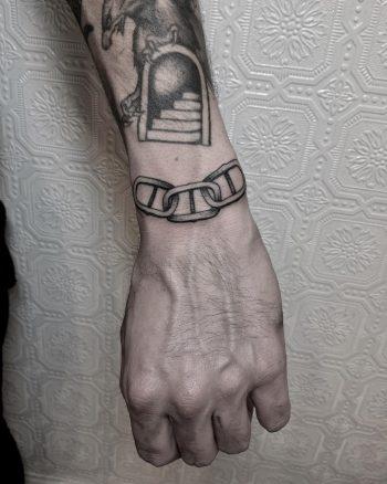 Chain cuff tattoo by @justinoliviertattoo