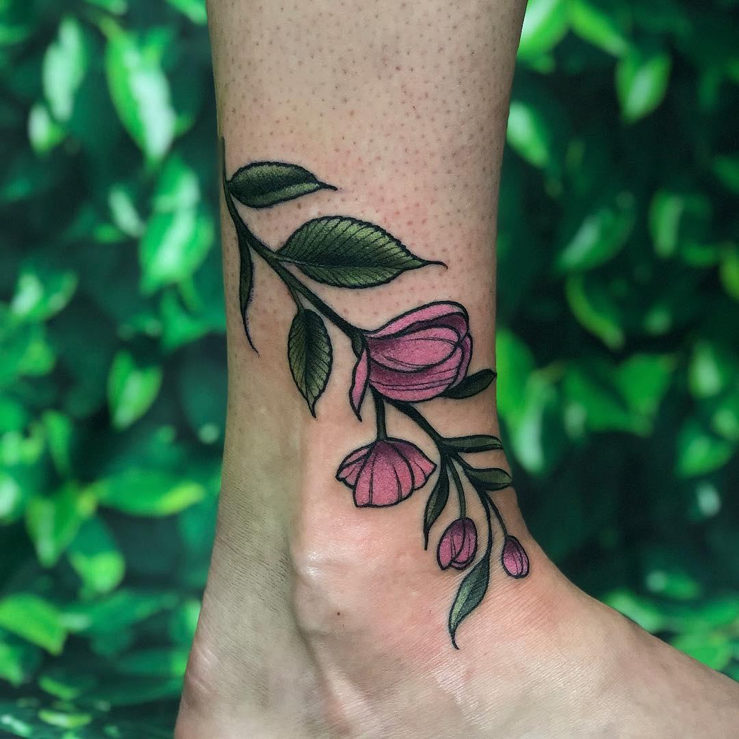 Delicate flowers by @lindseebeetattoo