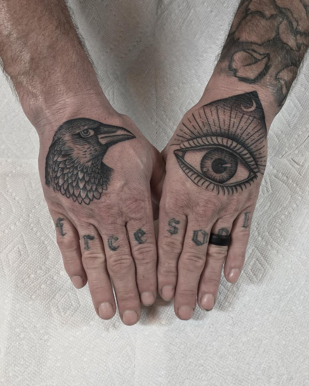 Inked hands by @justinoliviertattoo