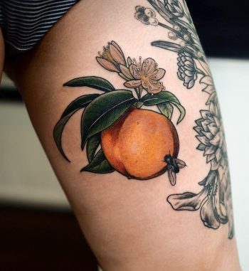 Peach and a little fly by @sophiabaughan