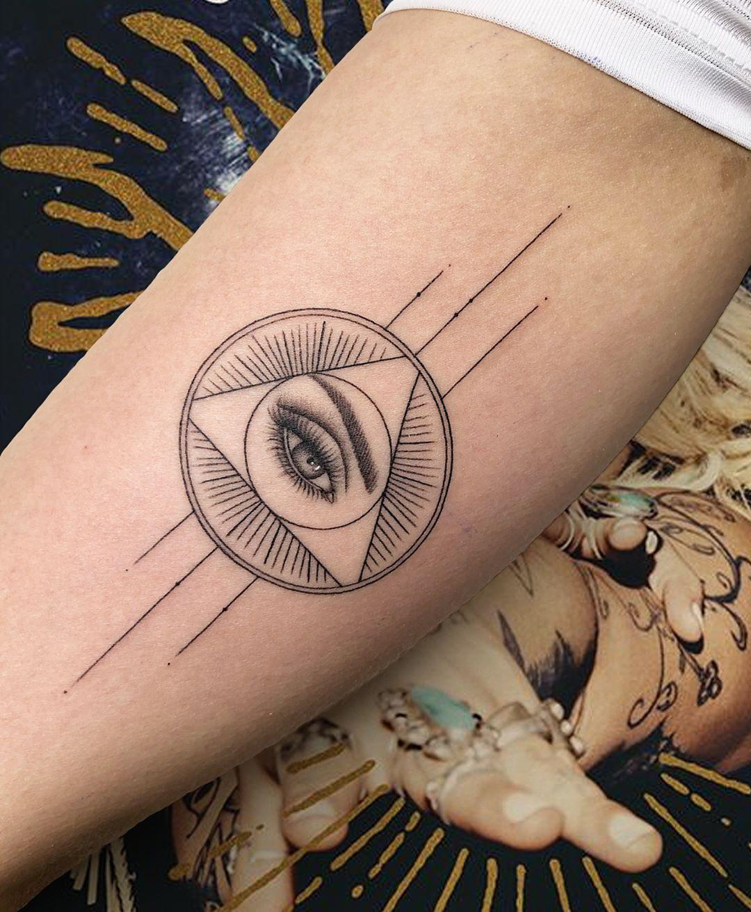 All-seeing eye by @joannamroman