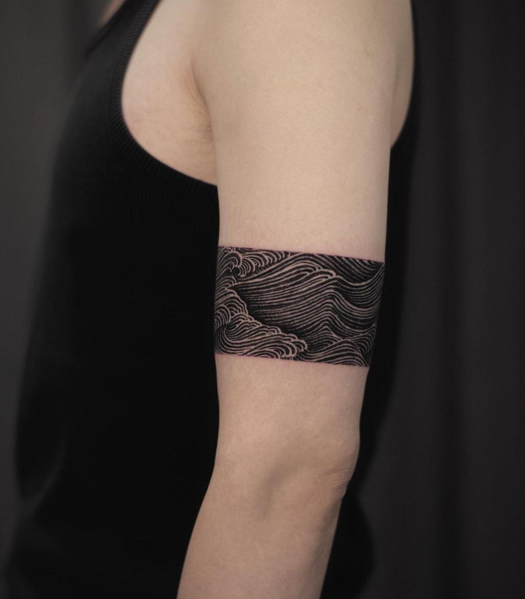Black wave by tattooist Arang Eleven