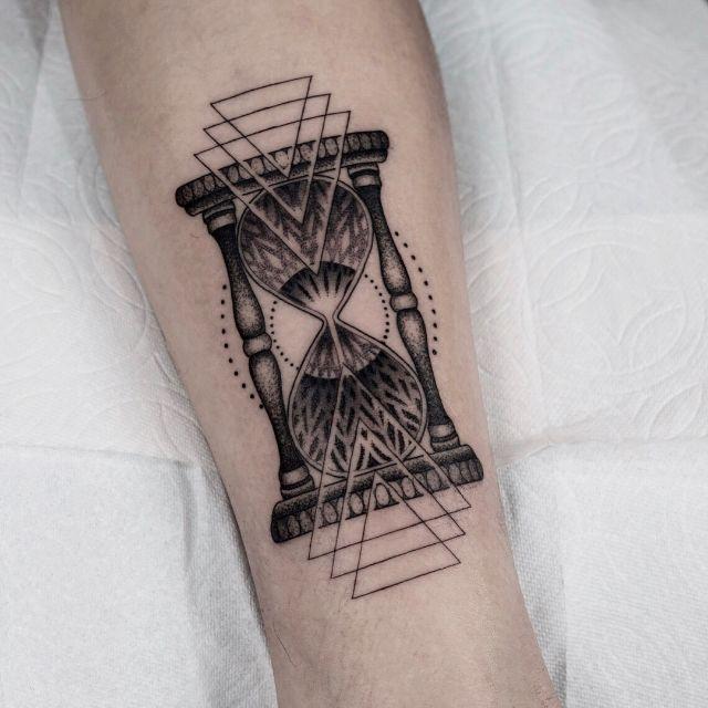 Hourglass on a shin by tattooist Arang Eleven